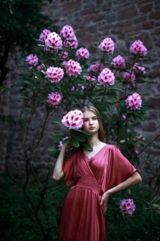 Портрет девушки с разным цветом глаз с цветами, фотосессия в Штутгарте, гетерохромия