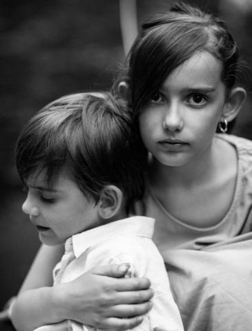Фотография брата с сестрой в ботаническом саду, детская фотосессия в Страсбурге